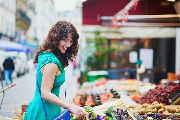 Francouzky rády korzují po ulicích a nakupují.