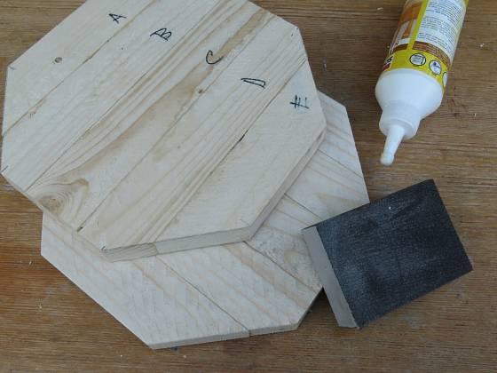 Výroba dřevěné trojnožky: Po zaschnutí slepíme dýnka