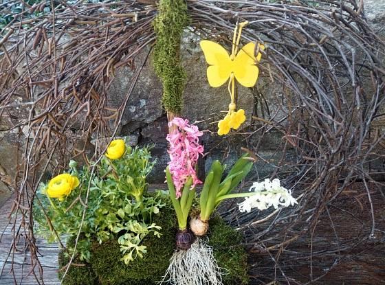 Hotová jarní dekorace v přírodním stylu.