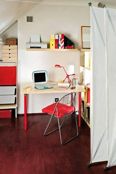Paravánem můžete oddělit pracovní plochu od spacího prostoru.
