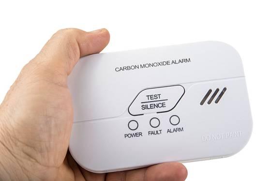 Hlasitý alarm varuje při vysoké hladině CO
