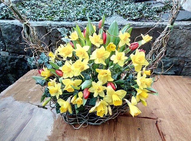 Hotové jarní aranžmá v konstrukci z vrbového proutí a z květin.