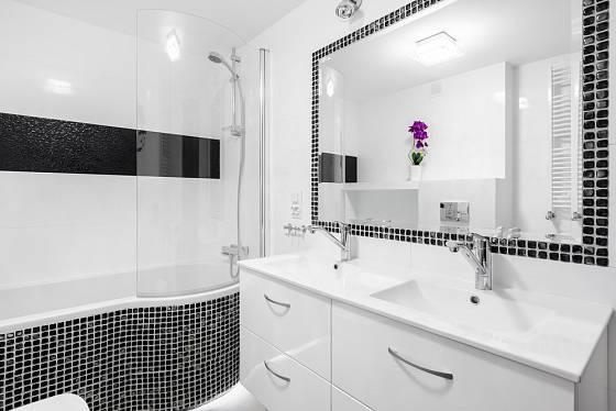 Využití mozaiky v koupelně - na vaně a kolem zrcadla.