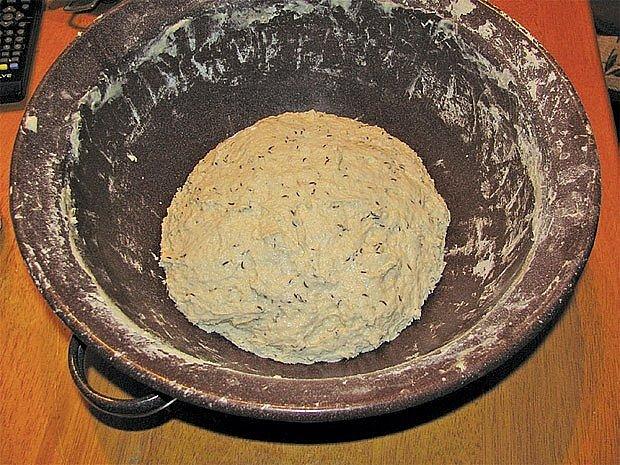 Těsto se dvěma hrnky pšeničné mouky a dalšími dvěma lžičkami soli.