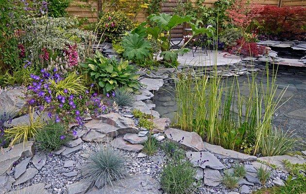 Štěrkové partie mohou lemovat i zahradní jezírko
