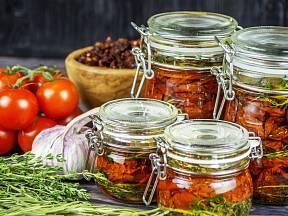 K rajčatům přidejte bylinky, česnek a koření
