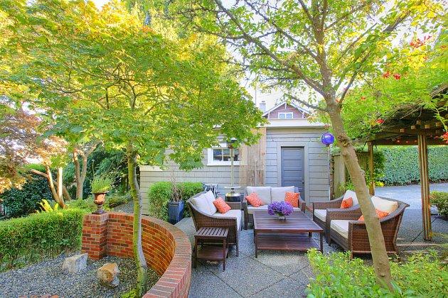 V zahradě může být funkční i pohodlné zákoutí