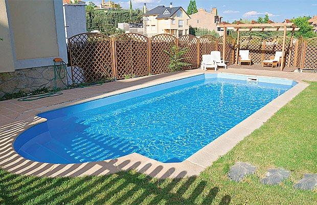 Bazén se zastřiženým trávníkem vypadá elegantně, ale přímý vstup z trávy nejspíš prodlouží čištění