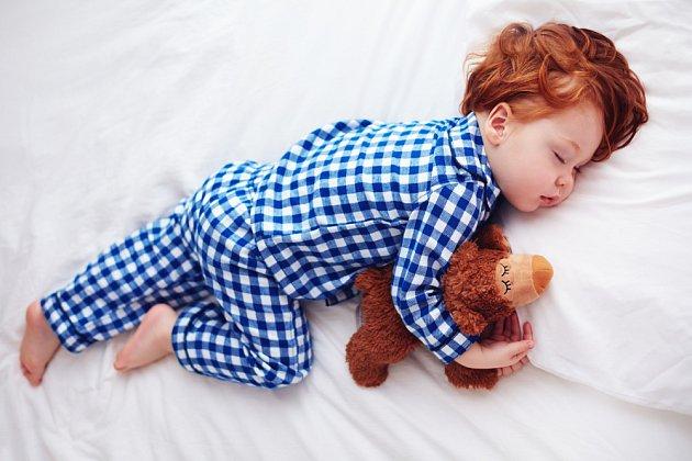 I pro děti je lepší spát v teplejším pyžamu, než mít v ložnici přetopeno.