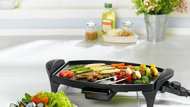 Na stolním elektrickém grilu upečete maso i zeleninu