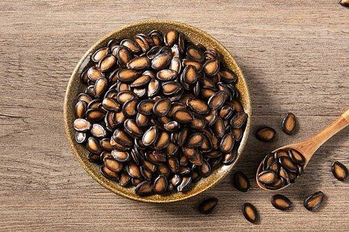 Pražená semínka můžete chroupat jen tak, když máte na něco chuť, nebo je využít do salátů, koláčů, moučníků i jogurtů.