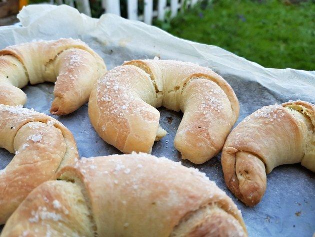 Škvarkové rohlíčky jsou výborné jak samotné, tak třeba k pomazánkám na bázi sýra či tvarohu.