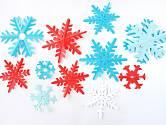 Z papíru můžeme vystříhat sněhové vločky různých tvarů a velikostí.