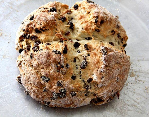 Tradiční irský soda bread s rozinkami.