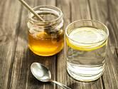 Každé ráno vypijte na lačno sklenici teplé vody s medem
