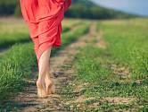 Léto a teplé počasí vybízejí k tomu, abychom shodili boty a ulevili chodidlům