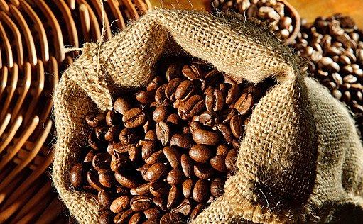 pražená zrnka kávy