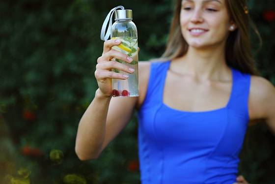 Minerálka s citronem a medem jako iontový nápoj