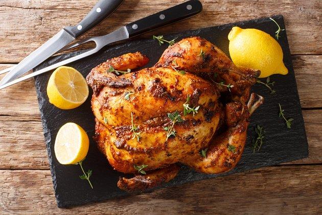 Už jste zkoušeli péct zmražené, případně jen dvě hodiny před pečením vyndané kuře zmrazáku? Na první pohled nemusí být nic znát. Uvnitř ale může zůstat ledový střed, který se nedopeče, a poobědváte třeba salmonelu.