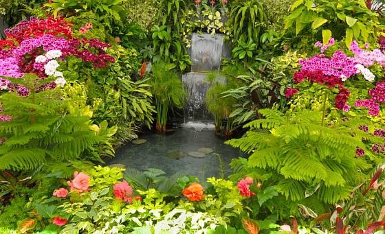 Umělý potok lze vhodně propojit s menším vodopádem.