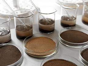 Otestujte pH půdy doma pomocí octa a sody.