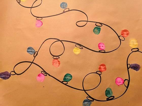 Barevná světýlka na vánočním papíře