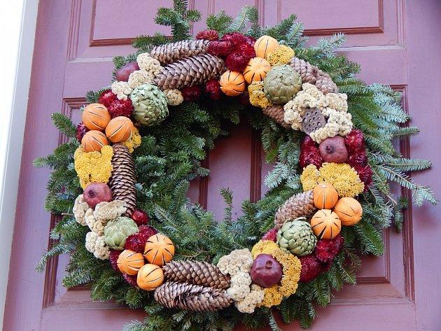 Vánoční věnce pro zavěšení na dveřích mohou mít různou podobu.