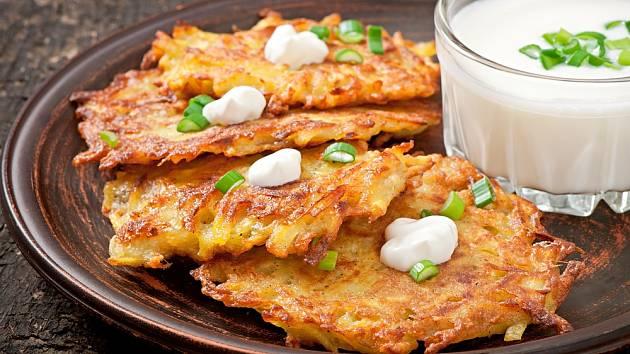 Bramboráky patří k oblíbeným jídlům české kuchyně.