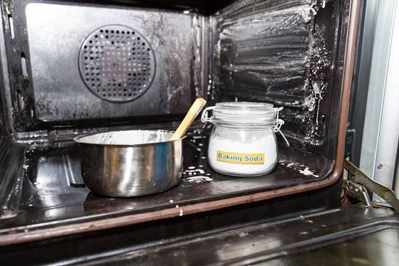 Pastu z jedlé sody, soli a octa naneseme na nejvíce postižená místa a po chvíli troubu vyčistíme.