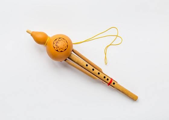 Halusi - tradiční asijský hudební nástroj ze tří bambusových trubek a kalabasy.