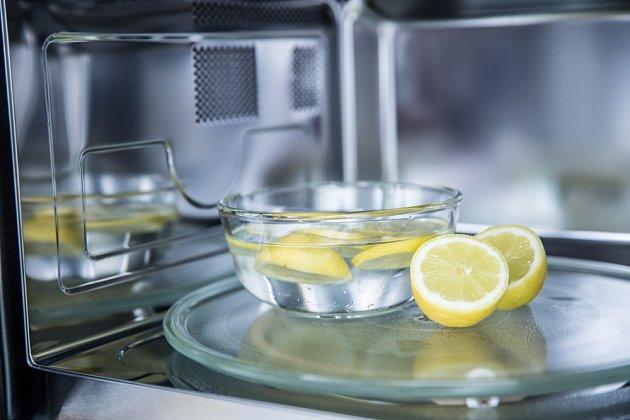 Do nádoby s vodou přidáme ještě citron.