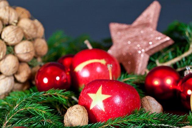 Originální vánoční dekorace s obrázkovými jablky.