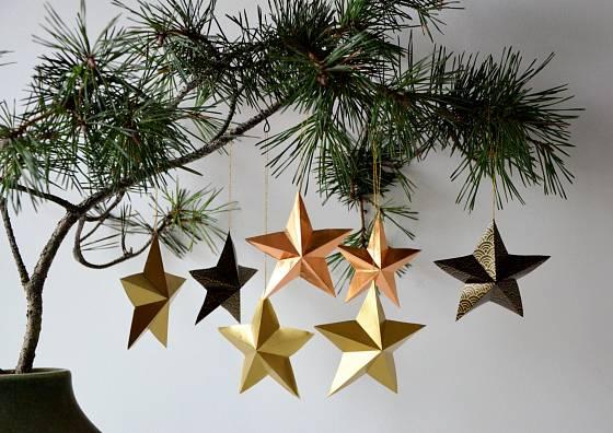 Doma vyrobené papírové hvězdičky jsou půvabnou vánoční ozdobou