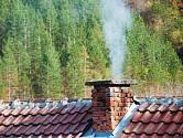 Během topné sezóny můžeme komínu od sazí a dehtu pomoci jednoduchou pomůckou