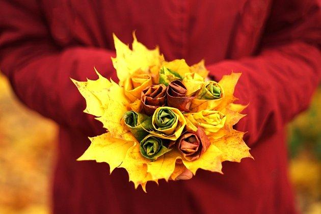 Kytice z podzimního listí.