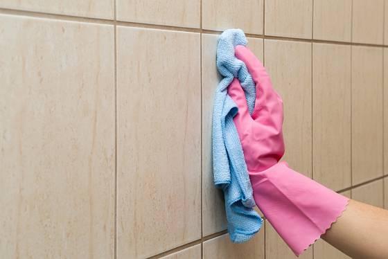 Vyčištěné spáry a obklady důkladně opláchneme teplou vodou.