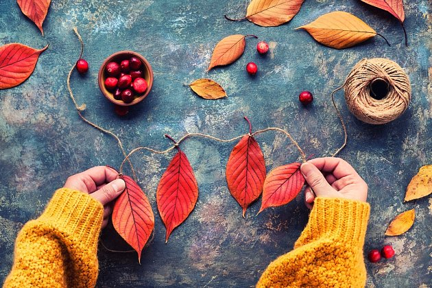 Z provázku a barevného listí zhotovíme podzimní girlandu.