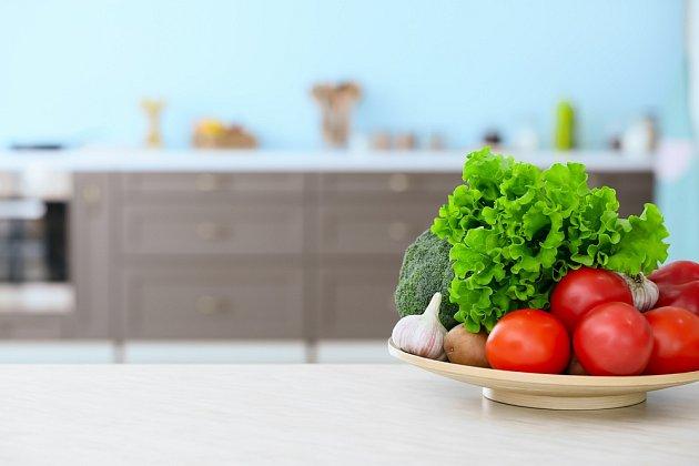Kuchyňská deska je asi největší plochou, proto popřemýšlejte, zdali chcete světlou nebo tmavou.
