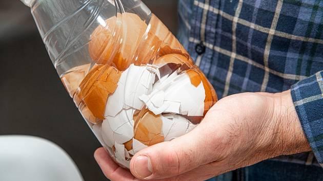 Vaječné skořápky můžete rozdrtit i s pomocí PET lahve.