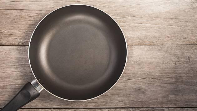 K oblíbeným druhům nádobí patří pánve s nepřilnavým povrchem.