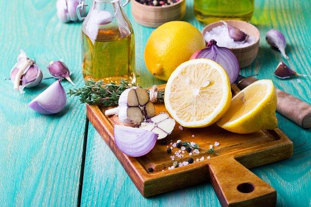 Při přípravě zálivka na salát se hodí nejen citrón,a le i cibule a česnek