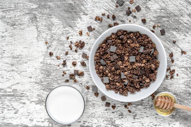 Do kakaové granoly můžete přidat i kousky čokolády.