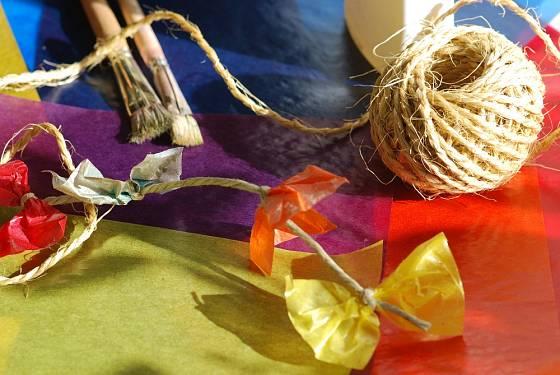 Dračí ocas přizdobíme pestrobarevnými mašličkami.