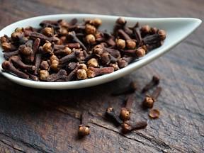 Hřebíček je silně aromatické koření a zároveň vynikající přírodní lék.