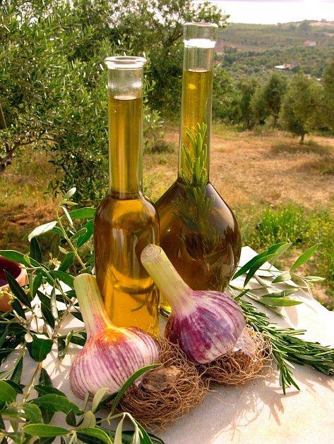 Příprava česnekového oleje není nijak náročná, zkuste si ji doma.