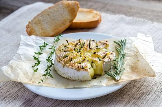 Roztavený sýr, chléb a víno - dokonalá hostina