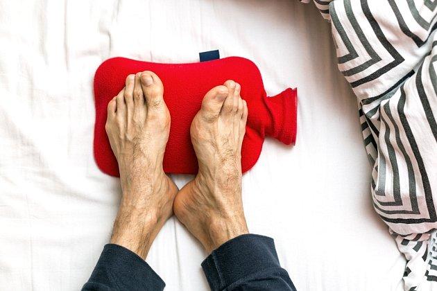 Zahřívací láhev (termofor) může se zahřátím nohou také pomoci.