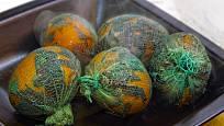 Při barvení vajec na Velikonoce můžeme využít nejen gázu, ale i staré punčocháče.