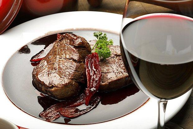 Mastná jídla vhodně doplní chuťově intenzivní vína