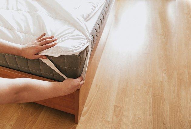 Čištění matrací výrazně usnadní matracový chránič.